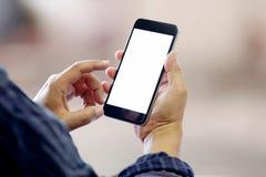 Hombre que usa smartphone en fondo de la falta de definición Foto de archivo
