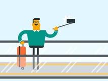 Hombre que usa smartphone en la escalera móvil en el aeropuerto Fotos de archivo