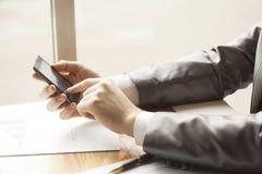 Hombre que usa smartphone móvil Tirado con la opinión de la tercero-persona Foto de archivo