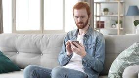 Hombre que usa Smartphone para el comercio financiero en línea almacen de metraje de vídeo