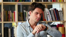 Hombre que usa Smartwatch para hojear, el correo electrónico y los mensajes almacen de metraje de vídeo