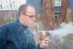 Hombre que usa a un fumador hecho para la apicultura Fotografía de archivo