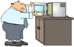Hombre que usa un horno microondas Imagen de archivo