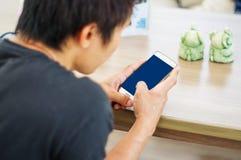 Hombre que usa un smartphone Imagen de archivo libre de regalías