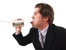 Hombre que usa un teléfono de la poder fotografía de archivo