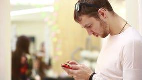 Hombre que usa un teléfono móvil, almacen de metraje de vídeo