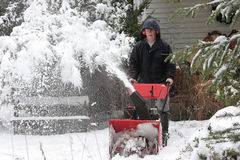 Hombre que usa un ventilador de nieve Fotos de archivo libres de regalías