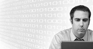 Hombre que usa una computadora portátil Fotografía de archivo libre de regalías