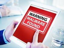 Hombre que usa una tableta de Digitaces con el virus Imagen de archivo libre de regalías