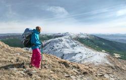 Hombre que va de excursión en montañas Foto de archivo libre de regalías