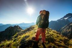 Hombre que va de excursión en montañas Imagen de archivo