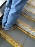 Hombre que va para arriba escalera móvil Fotografía de archivo libre de regalías