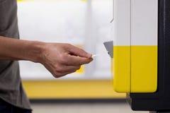 Hombre que valida su boleto del tren o del subterráneo Imágenes de archivo libres de regalías