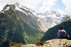 Hombre que ve el valle glacial Fotos de archivo libres de regalías