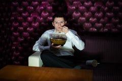 Hombre que ve la TV Imagen de archivo libre de regalías