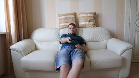 Hombre que ve la TV metrajes