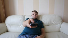 Hombre que ve la TV almacen de metraje de vídeo