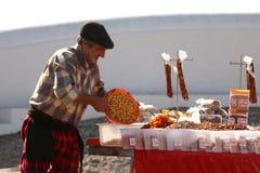 Hombre que vende altramuces Foto de archivo
