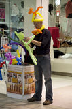 Hombre que vende animales del globo Fotografía de archivo libre de regalías