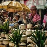 hombre que vende el agua del coco Imagenes de archivo