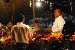 Hombre que vende las flores en una parada la India del mercado Fotos de archivo libres de regalías