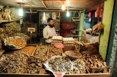 Hombre que vende pescados secos en el mercado, la India Imágenes de archivo libres de regalías