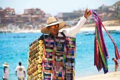 Hombre que vende recuerdos en Cabo San Lucas, México Fotos de archivo