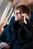 Hombre que viaja en el aeroplano viejo Imagenes de archivo