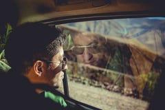 Hombre que viaja en paisaje de observación del coche Foto de archivo libre de regalías