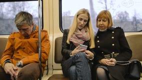 Hombre que viaja por el metro y sueños almacen de metraje de vídeo
