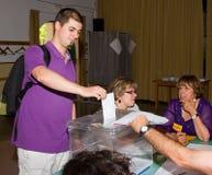 Hombre que vota en las elecciones Fotografía de archivo libre de regalías