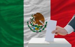 Hombre que vota sobre elecciones en México Imagen de archivo