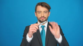 Hombre que vuelve a llenar su e-cigarrillo almacen de video