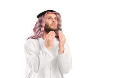 Hombre árabe joven de religión musulmán que ruega Foto de archivo libre de regalías