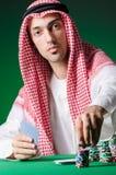 Hombre árabe que juega en el casino Foto de archivo