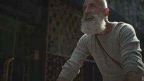 Hombre radiante que disfruta de su paseo de la bicicleta almacen de video