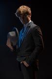 Hombre Redheaded en un traje de la tela escocesa con el sombrero Fotos de archivo libres de regalías