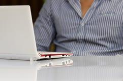 Hombre relajado con el ordenador portátil Fotografía de archivo libre de regalías