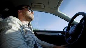 Hombre relajado que se sienta en coche almacen de video