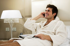Hombre Relaxed en cama Fotos de archivo libres de regalías