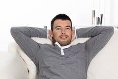 Hombre Relaxed en el sofá Fotografía de archivo libre de regalías