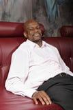 Hombre Relaxed en el sofá Foto de archivo libre de regalías
