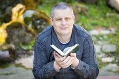 Hombre religioso con la Sagrada Biblia Imagen de archivo libre de regalías