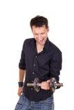 Hombre resuelto persistente en pesos de elevación de la camisa negra Fotografía de archivo