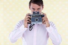 Hombre retro con la cámara media del formato Imagenes de archivo