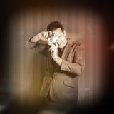 Hombre retro del fotógrafo que toma la foto con la cámara Imagen de archivo libre de regalías