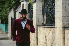 Hombre rico con una barba, pensando en negocio Fotografía de archivo