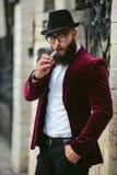 Hombre rico en una chaqueta cerca de su casa Fotografía de archivo libre de regalías