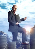Hombre rico hermoso en un traje costoso con un manojo del dinero AR Imagen de archivo