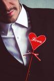 Hombre romántico en traje con el corazón Fotos de archivo
